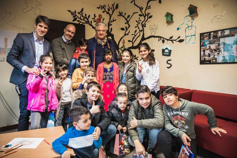 Simon Vanmechelen (directeur fedasil), Werner de Saeger en Prins Laurent samen met de kinderen.