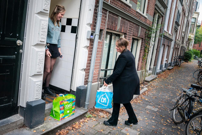 Student Roos te Riele levert boodschappen af bij haar vriendin Anna van Althuis.