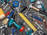 Man trekt autodeur van dief open en voorkomt daarmee diefstal van gereedschapskist in Breda