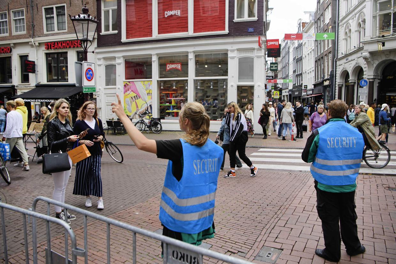 Handhavers begeleiden toeristen in het centrum van de stad.  Beeld EPA