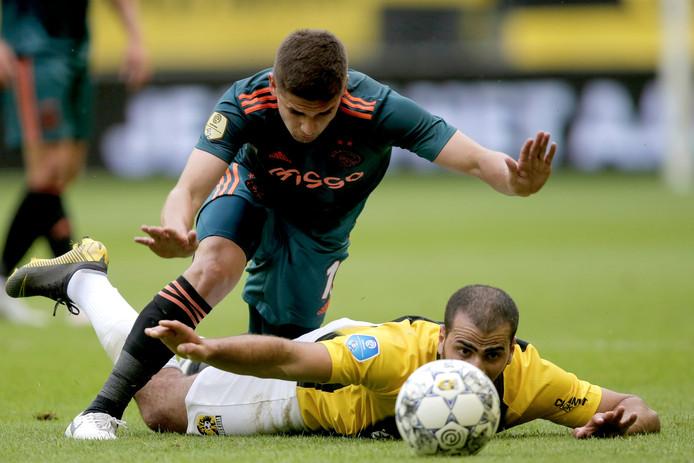 Razvan Marin van Ajax en Oussama Tannane van Vitesse tijdens de wedstrijd