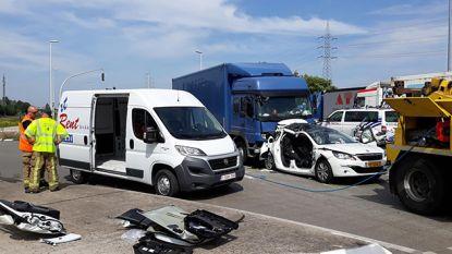 Vrachtwagen knalt op stilstaande auto aan rood licht in Sint-Kruis-Winkel: Nederlands koppel kritiek