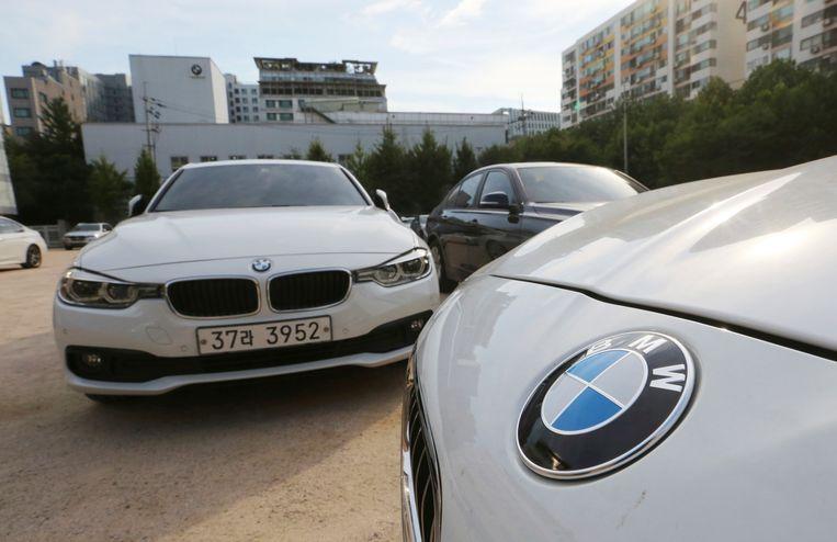 BMW-wagens staan in Seoul (Zuid-Korea) te wachten om onverwacht een veiligheidscontrole te ondergaan.