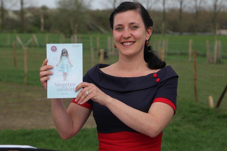 Eline Trenson met haar debuutroman.