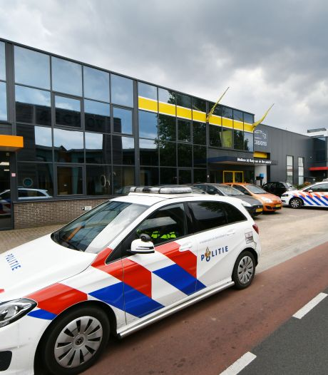 Autozaak AutoVen Almelo al na vier maanden gesloten, politie onderzoekt 'schimmige praktijken'