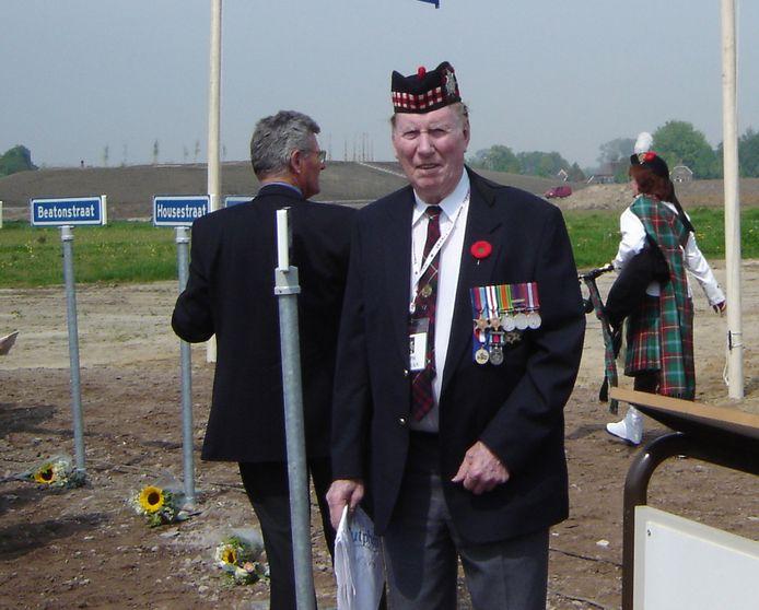 Joe Sullivan in Zutphen, 2005. De Canadese veteraan zorgde er mede voor dat elf straatnamen in naar gesneuvelde Canadezen zijn vernoemd.