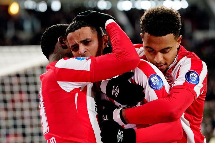 Mohammed Ihattaren viert de 4-0 met Bergwijn en Malen.