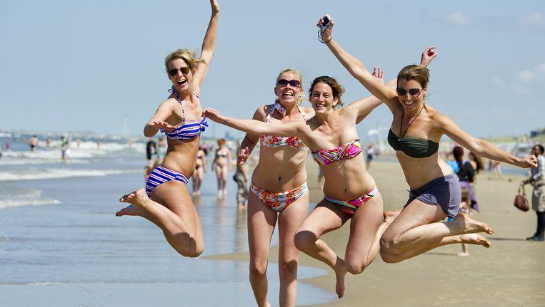 Vier vriendinnen uit Haarlem en Arnhem springen een gat in de lucht. Beeld ANP