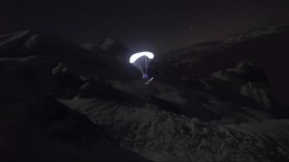 VIDEO: Skiër vliegt in het donker van gletsjer met lichtgevende parachute
