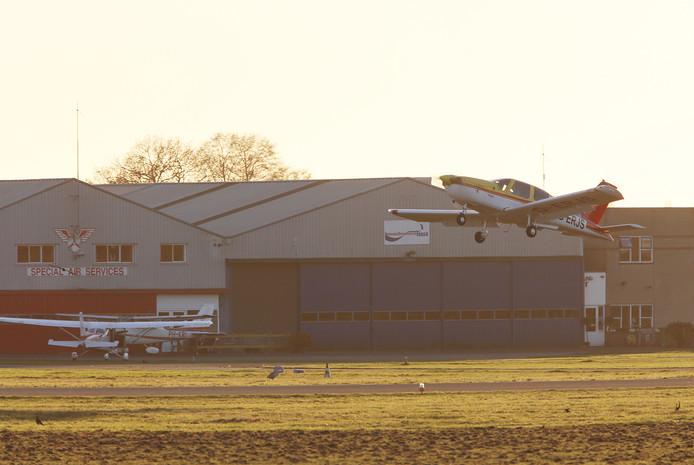 Landende en vertrekkende vliegtuigen op de luchthaven Teuge.