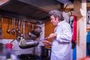 Frank Blokker kookt met insecten voor gasten in zijn restaurant Gavius.