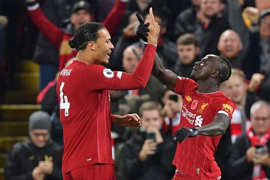 Virgil van Dijk viert een doelpunt van Liverpool met Sadio Mane tijdens de eerdere ontmoeting met Manchester City dit seizoen.