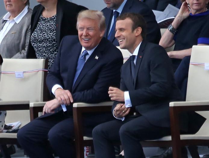 De Amerikaanse president Donald Trump (links) en de Franse president Emmanuel Macron bekijken in Frankrijk de militaire parade op Onafhankelijkheidsdag, 14 juli.