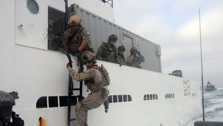 Navy Seals van de Amerikaanse marine enteren een schip tijdens een training. (Archieffoto 2012) Beeld afp