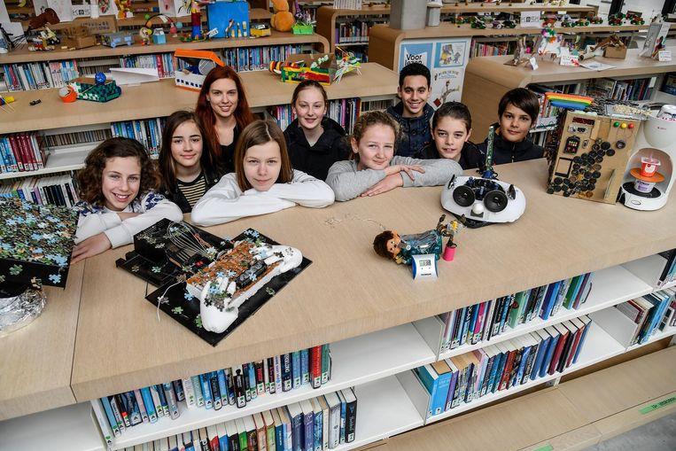 De leerlingen bij hun creaties.