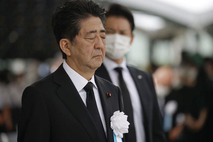De Japanse premier Shinzo Abe in stil gebed tijdens de herdenking van de atoombom-aanval op Hiroshima op 6 augustus.