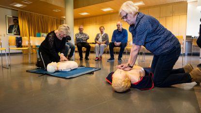 Senioren volgen AED- en reanimatieworkshop
