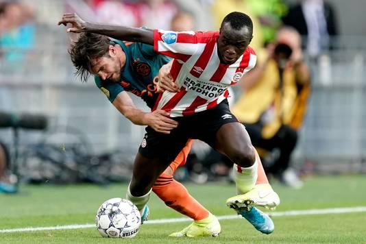 Een fel duel tussen Ajacied Nicolas Tagliafico en PSV'er Bruma.