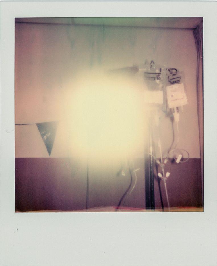 Bestraalde polaroid gemaakt tijdens de laatste chemokuur op Broertjes 32ste verjaardag.  Beeld Geert Broertjes & Lotte Bronsgeest