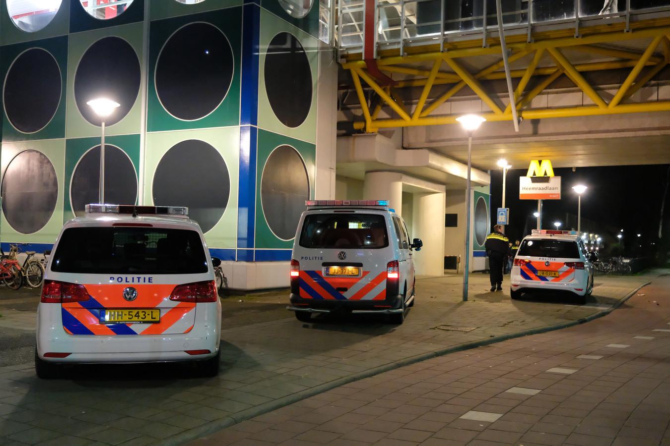 Jongeren zorgden dit weekeinde voor veel geweld, zoals hier bij metrostation Heemraadlaan in Spijkenisse, waar een slachtoffer in zijn gezicht en arm werd gestoken.