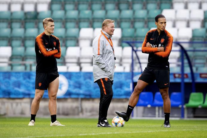 Matthijs de Ligt, Ronald Koeman en Virgil van Dijk op de training gisteravond in Tallinn.