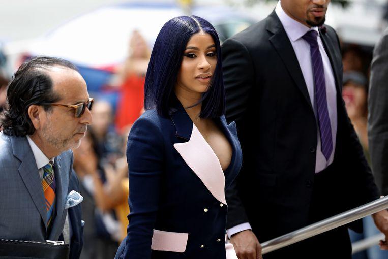 Cardi B., die in het echt Belcalis Marlenis Almanzar heet, komt in juni aan bij de rechtbank in Queens. Ze is aangeklaagd wegens betrokkenheid bij twee vechtpartijen in een stripclub in New York.  Beeld EPA