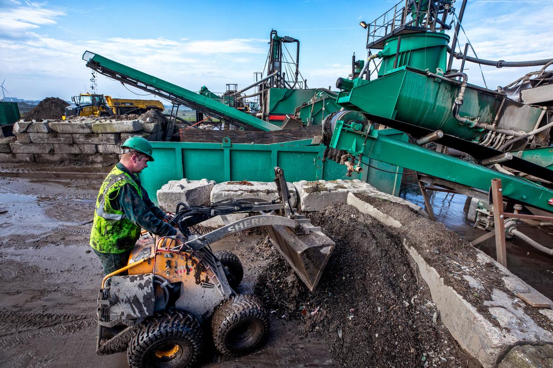 Bij milieu- en afvalbedrijf Attero in Tilburg wordt nog maar weinig grond verwerkt.  Beeld Raymond Rutting / de Volkskrant