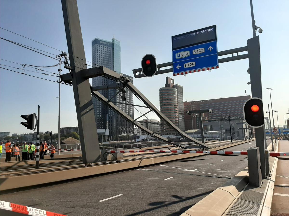 De bovenleiding van de tram boven de brugklep is door nog onbekende oorzaak naar beneden gekomen.