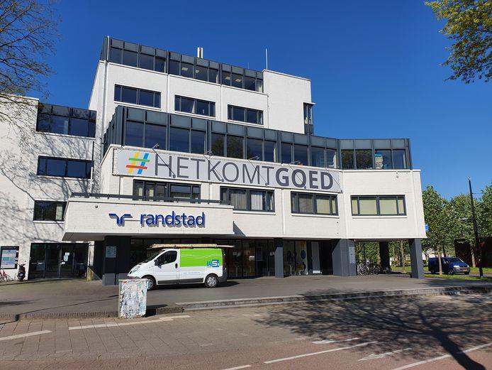 Ondernemers aan het Keizer Karelplein willen Nijmegenaren een hart onder de riem steken met hun bemoedigende boodschap op de gevel: '#Het komt goed', 'You never work alone' en 'We kunnen niet wachten tot we je weer zien'.