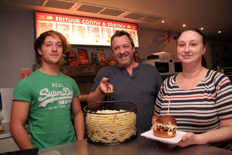 Conny en Franky met hun zoon Kasper in hun frituur.