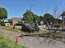 Auto botst tegen boom en belandt op zijn dak Moergestel, bestuurster raakt gewond