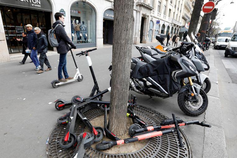 Parijs wil de wildgroei aan achtergelaten steps op trottoirs aanpakken. Beeld REUTERS