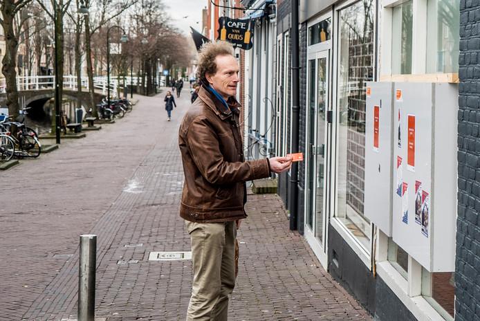 Delftenaar Rob probeert tevergeefs te pinnen bij de automaat aan de Molslaan. Ook deze pinautomaat is opgeheven.