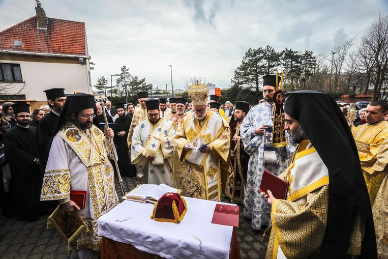 Orthodoxe geestelijken tijdens het deel van de ceremonie dat buiten werd gehouden.