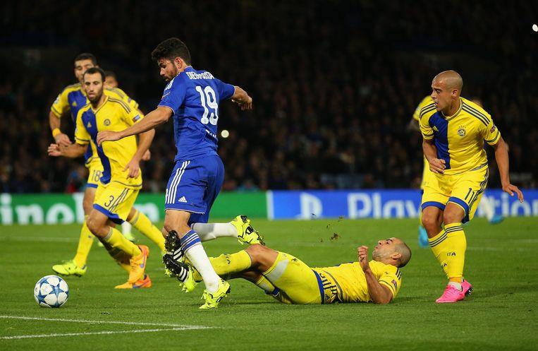 Diego Costa in het Penaltygebied van Maccabi Tel Aviv. Beeld getty