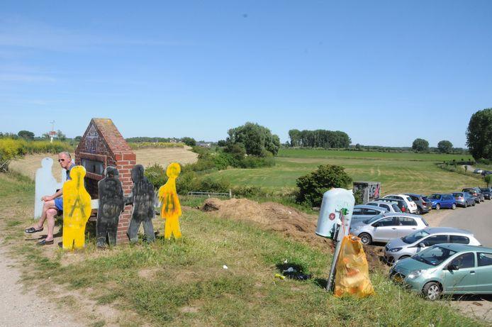 Ook het monumentje aan de Ooysedijk werd beklad.