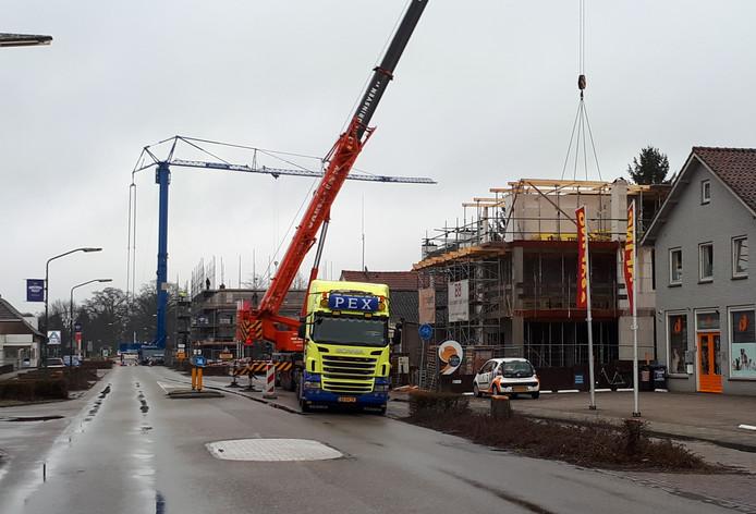 Maart 2018: kranen bevoorraden twee bouwplaatsen aan 't Dorp in Heesch. Rechts de bouw van het pand op nummer 13, waarvan de vergunning nog altijd betwist wordt.
