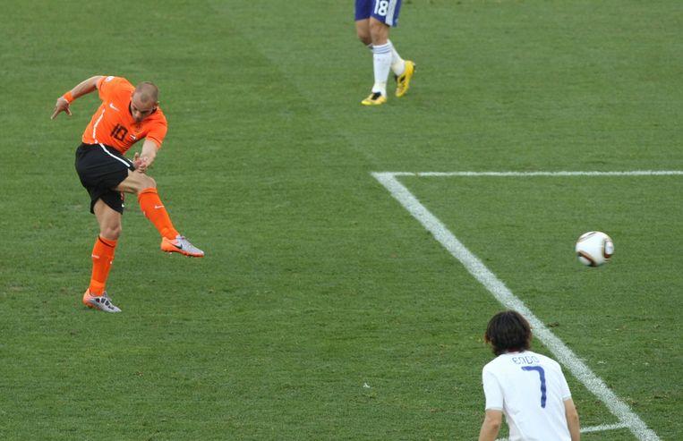 Wesley Sneijder scoort met een afstandsschot tijdens het WK in 2010.  Beeld EPA