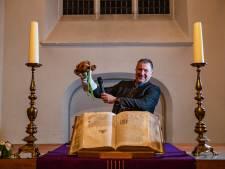 Predikant Henk kan niet zonder knuffel Dominee Beer in Diepenveen