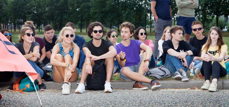 In Utrecht hebben buitenlandse studenten een eigen groepje. In groepje 3 zitten onder anderen de Nederlander Sam Reefhuis (midden, paars T-shirt) die bewust voor een internationale groep heeft gekozen en links naast hem Martin Keller (zonnebril) en Liv Angerer (blond, ronde zonnebril) uit Duitsland. Beeld Maarten Hartman