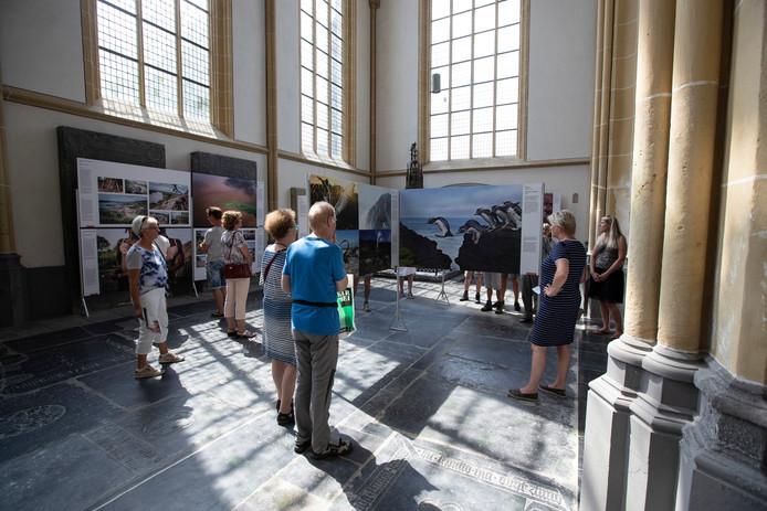 Bezoekers  aan de World Press Photo tentoonstelling in de Walburgiskerk in Zutphen afgelopen zomer.