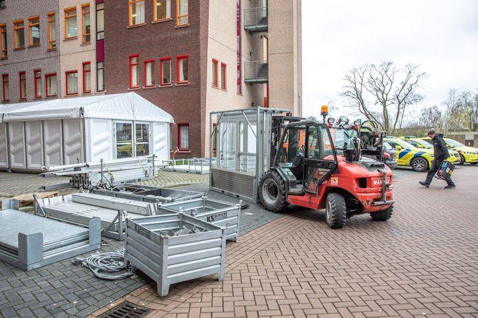 Isala liet donderdagmiddag een triage-tent naast de ingang van de Spoedeisende Hulp (SEH) plaatsen.