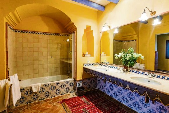 Een van de badkamers, versierd met typische keramieken tegels.