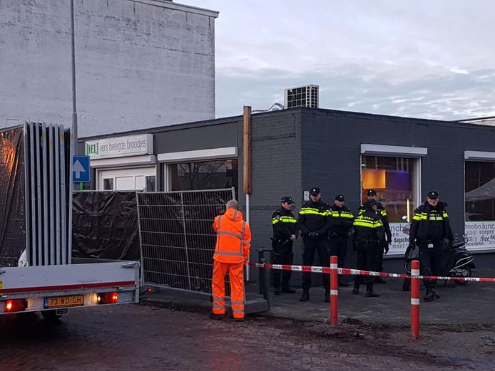 Een broodjeszaak aan de Industriekade wordt afgeschermd.