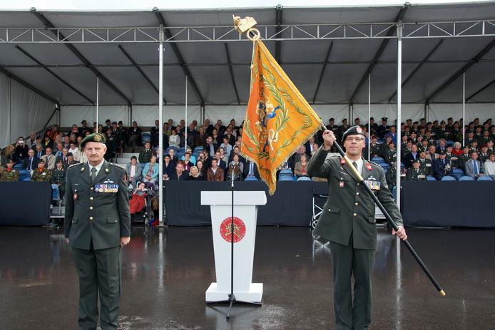 De commando-overdracht van de KMS drie jaar geleden. Toen nam Ad Wagemakers (rechts) het vaandel over van Ton Nijkamp.