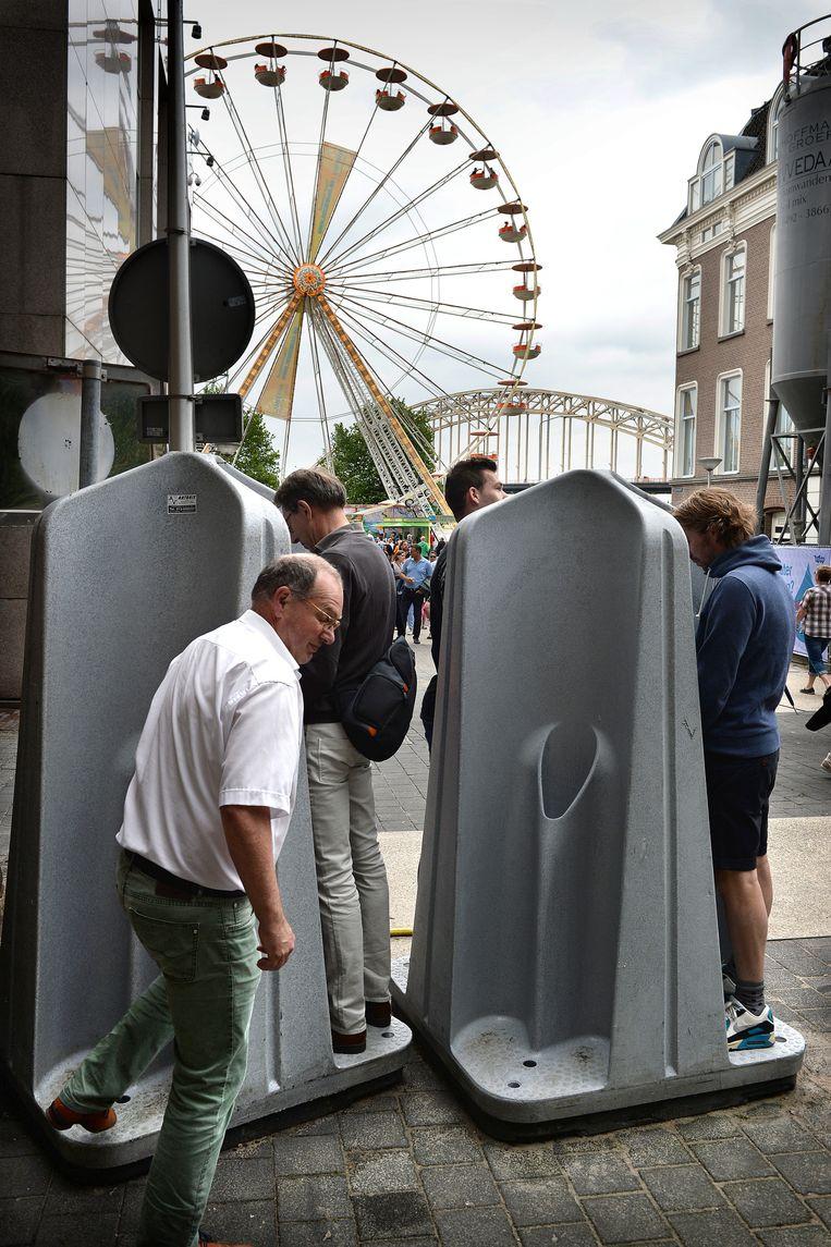 Urinoirs op de Vierdaagsefeesten. Beeld Marcel van den Bergh / de Volkskrant