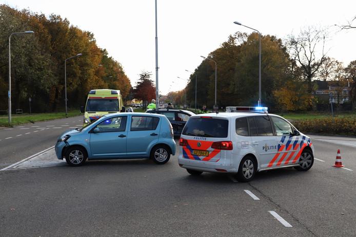 De politie bij de auto's na de botsing in Nijmegen.