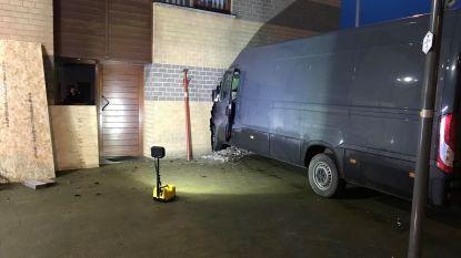 Bestelwagen boort zich in slaapkamer: bewoonster was net wakker en ontsnapt aan ramp