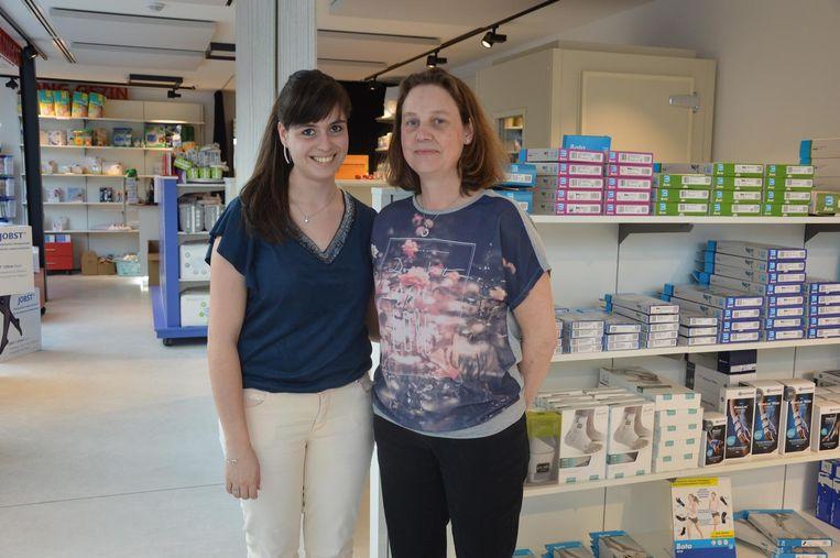 Medewerkers Sarah Carkers en Celien Vanderpoorten in de nieuwe thuiszorgwinkel.