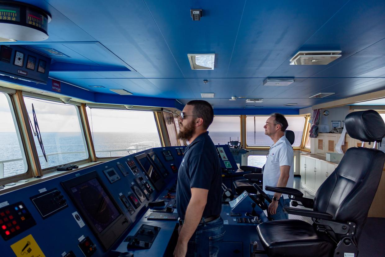 Eerste stuurman Dennis Stuyts en kapitein Alex van Rhijn aan boord van de Coral Anthelia. Beeld Pim van Delft